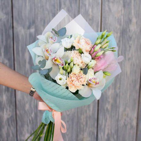 Букет из орхидей и гвоздик