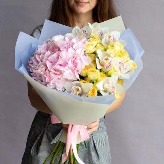 Букет из розовой гортензии и орхидей