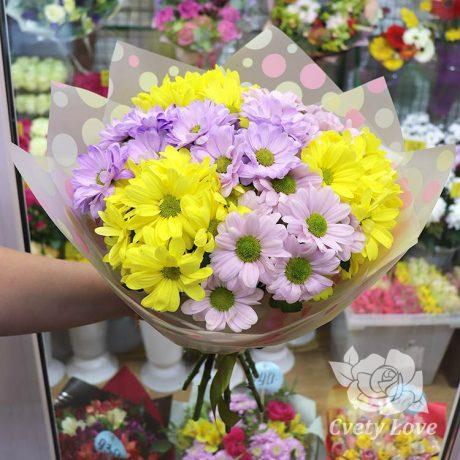 Букет из желтых и фиолетовых хризантем