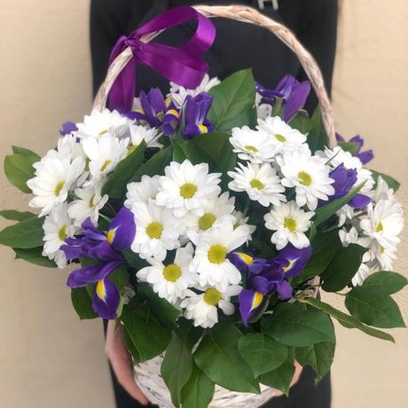 Корзина с хризантемами и ирисами
