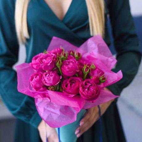 Кустовые пионовидные розы в конусе