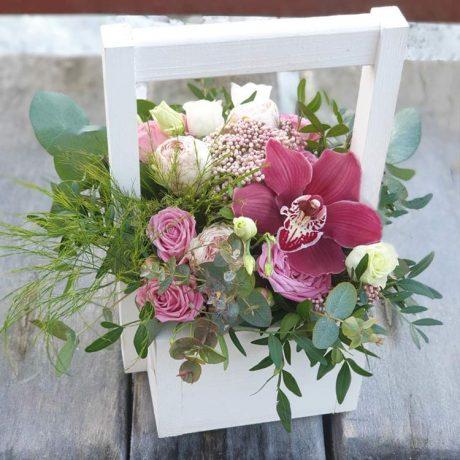 Кустовые розы и орхидея в деревянном ящике