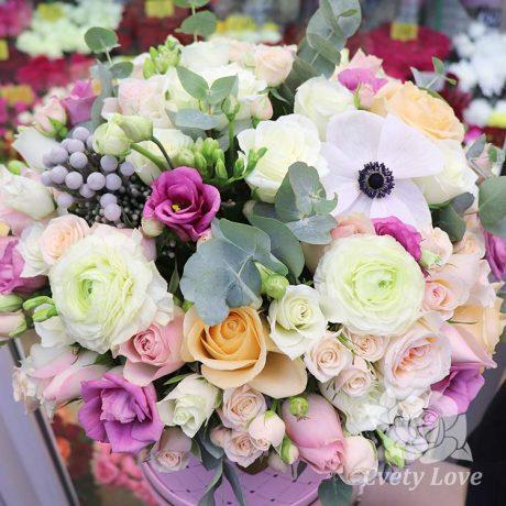 Кустовые розы и ранункулюсы в шляпной коробке