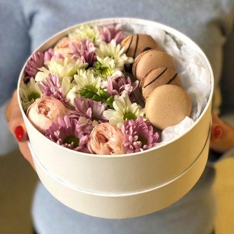 Макаруны и кустовые хризантемы в коробке