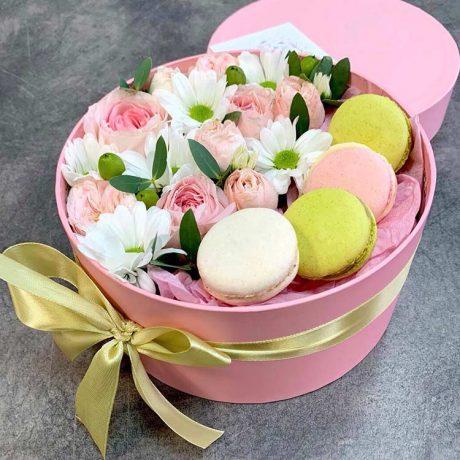 Макаруны и розовые розы в коробке