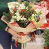 Новогодний букет из альстромерий и шишек