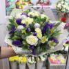Новогодний букет из роз и елочных шаров
