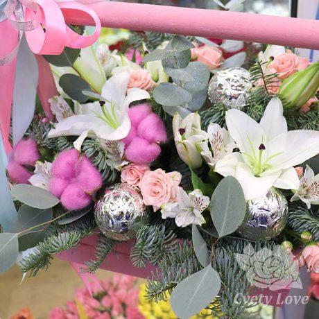 Новогодняя композиция из лилий и роз