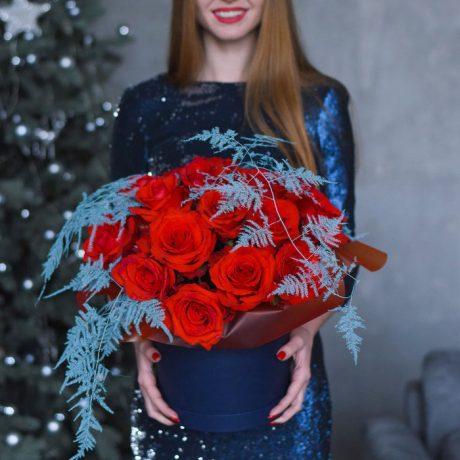 Новогодняя композиция из роз в шляпной коробке