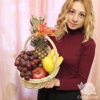 Ананас и виноград в корзине
