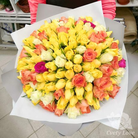Букет из 101 кенийской розы в крафте
