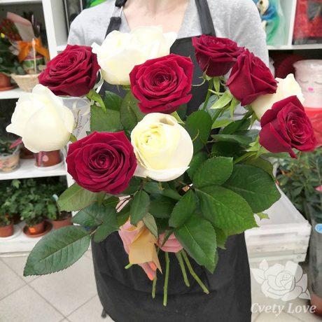 Букет из 11 красных и белых роз