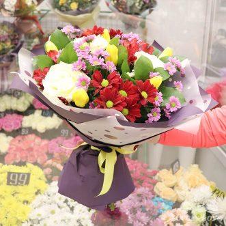 Букет из 3 белых роз и хризантем