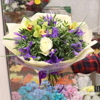 Букет из ирисов, орхидей и зелени