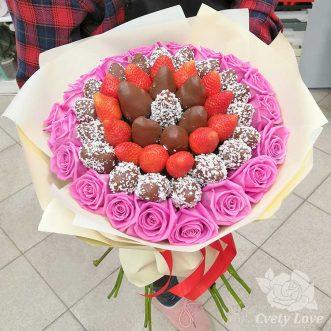 Букет из клубники в шоколаде и розовых роз