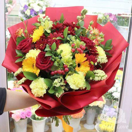 Букет из красных роз и гвоздик