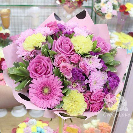 Букет из желтых гвоздик и розовых роз