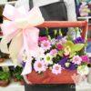 Эустомы и хризантемы в деревянном ящике