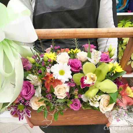 Эустомы и розы в деревянном ящике