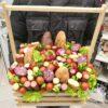 Колбаса и овощи в деревянном ящике