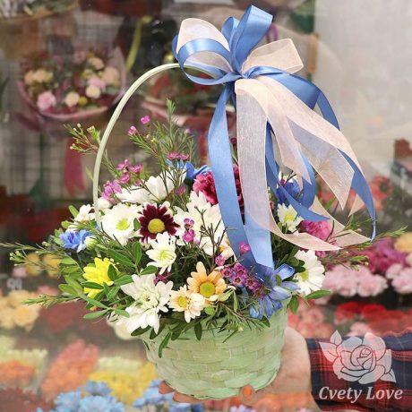 Корзина с хризантемами и гвоздикой