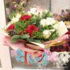Новогодний букет из красных роз и альстромерий