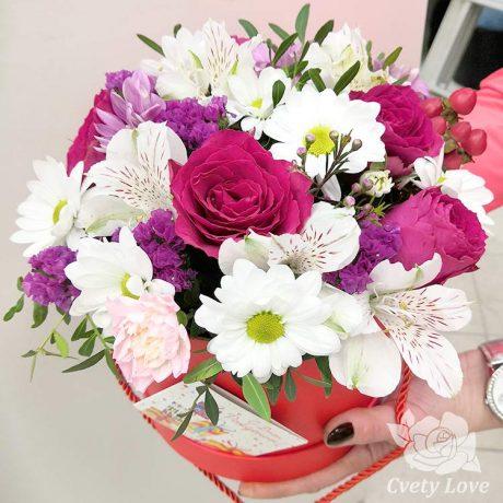 Розы, хризантемы и альстромерии в коробке