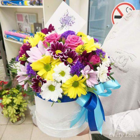 Розы и кустовые хризантемы в шляпной коробке