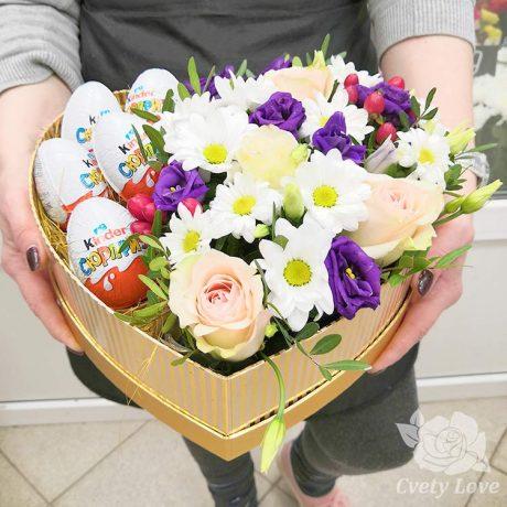 5 киндер-сюрпризов, розы и эустомы в коробке