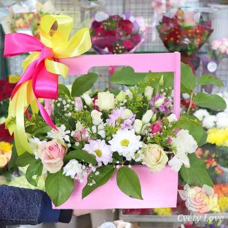 Белые эустомы и розы в деревянном ящике