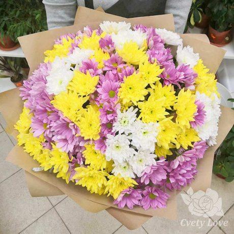 Букет из 17 разноцветных хризантем в крафте