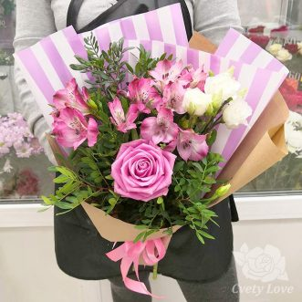 Букет из альстромерий, эустом и 1 розы