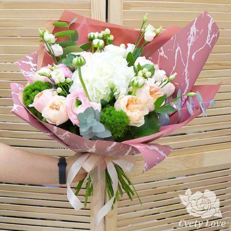 Букет из гортензии и пионовидных роз