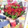 Букет из красных хризантем и роз
