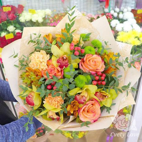 Букет из орхидей, роз и гвоздик