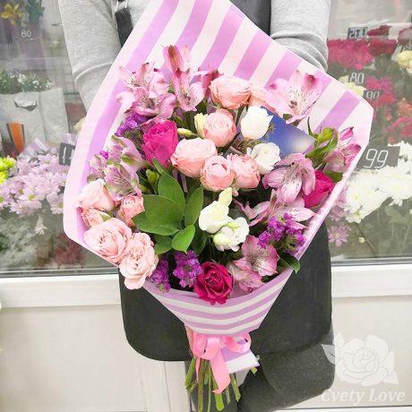 Букет из роз, альстромерий и белых эустом