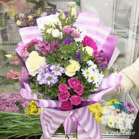 Букет из роз, хризантем и эустом