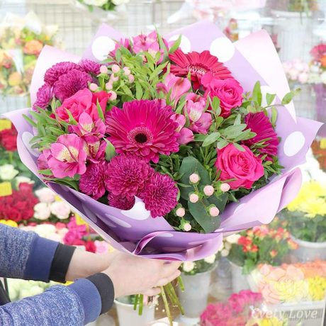 Букет из розовых гербер, роз и альстромерий