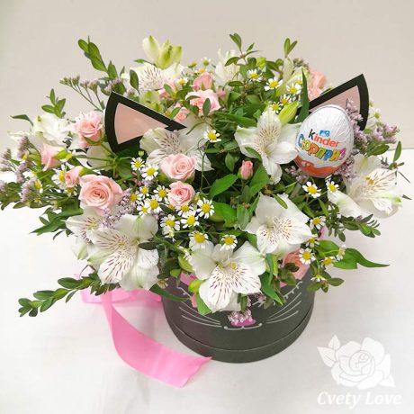 Цветы и киндер-сюрприз в шляпной коробке