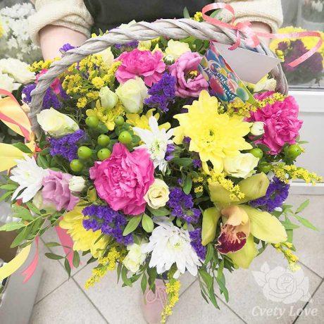 Гвоздики, хризантемы и розы в корзине