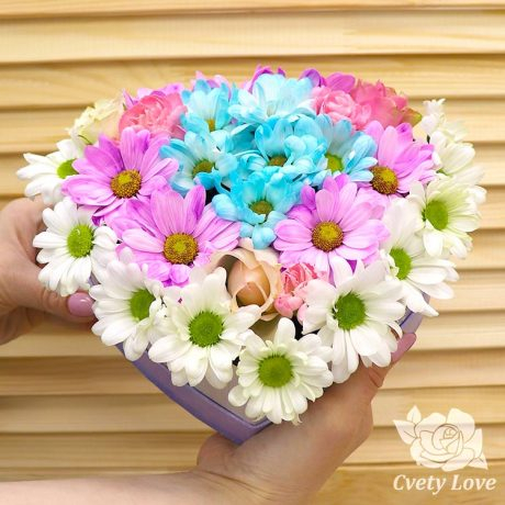 Хризантемы и розы в коробке в виде сердца