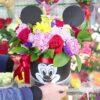 Красные розы и гвоздики в шляпной коробке