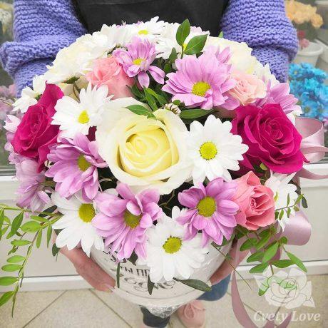 Кустовые хризантемы и 9 роз в шляпной коробке