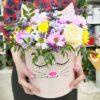 Разноцветные хризантемы и 1 роза в коробке