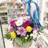 Розовые розы и кустовые хризантемы в корзине