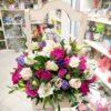 Розы, альстромерии и эустомы в ящике