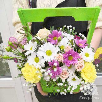 Розы, гвоздики и хризантемы в ящике