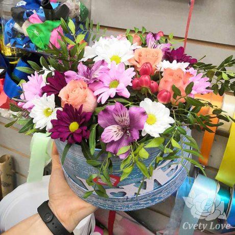 Розы, хризантемы и гиперикум в коробке