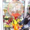 Шар Bubbles, хризантемы и эустомы в коробке