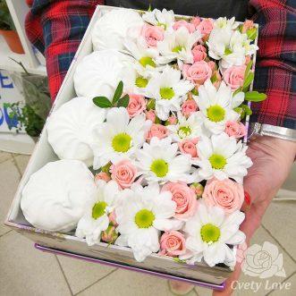 Зефир, кустовые розы и хризантемы в коробке